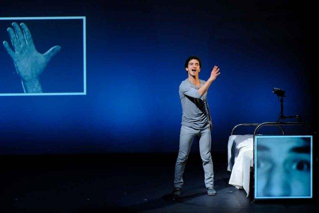 Seul sur scène, Julien Frégé joue tous les... (Le Soleil, Patrice Laroche)