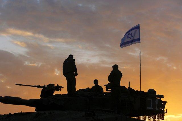 Selon des témoins, des soldats israéliens ont tiré... (PHOTO YANNIS BEHRAKIS, REUTERS)