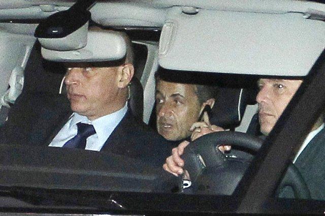 Nicolas Sarkozy (au centre) à sa sortie du... (PHOTO BOB EDEME, AP)