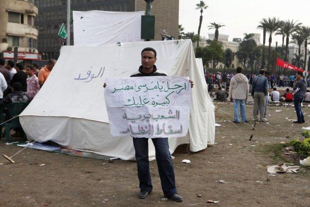 Un protestant anti-Morsi porte une pancarte indiquant: Va... (Photo Asmaa Waguih, Reuters)