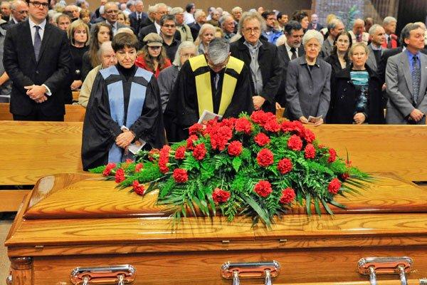 Famille, amis et collègues ont assisté aux funérailles... (MARTIN ROY, LeDroit)