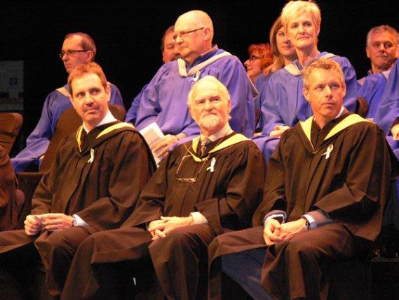 Plus d'un millier de nouveaux diplômés ont revêtu toges et chapeau, la fin de... (Courtoisie)