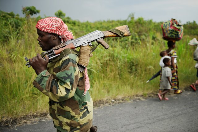 Un rebelle du M23 marche dans une rue... (PHOTO PHIL MOORE, AFP)