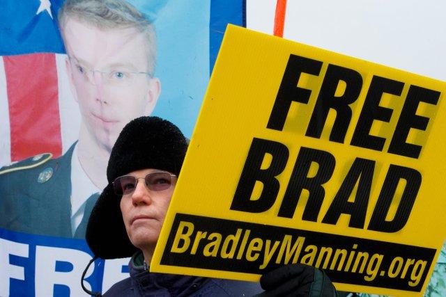 Une trentaine de sympathisants de Bradley Manning se... (PHOTO  MLADEN ANTONOV, AFP)