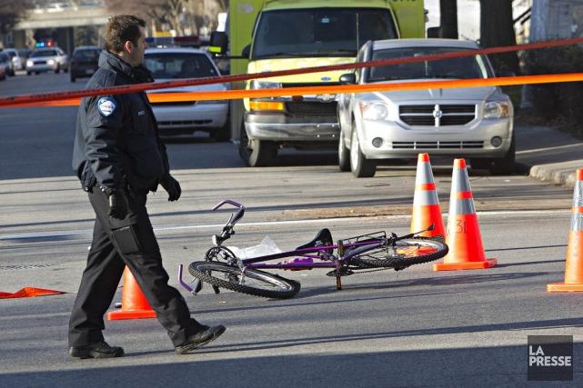La cohabitation entre autobus et cyclistes est parfois... (Photo Patrick Sanfaçon, archives La Presse)