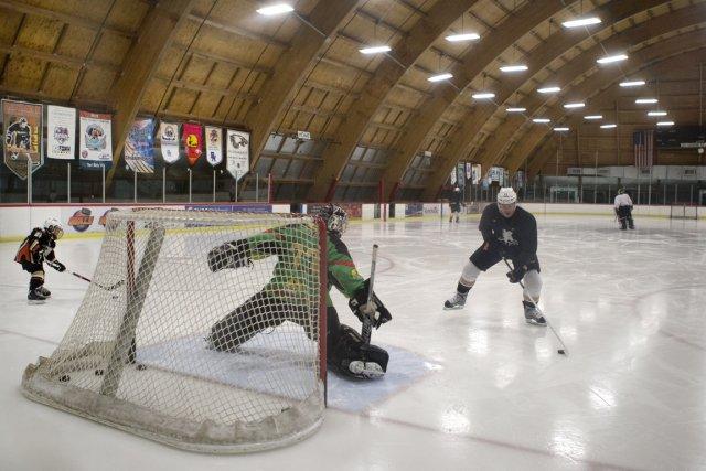Quelques joueurs des Ducks d'Anaheim s'entraînent en attendant... (Photo: Robert Skinner, La Presse)