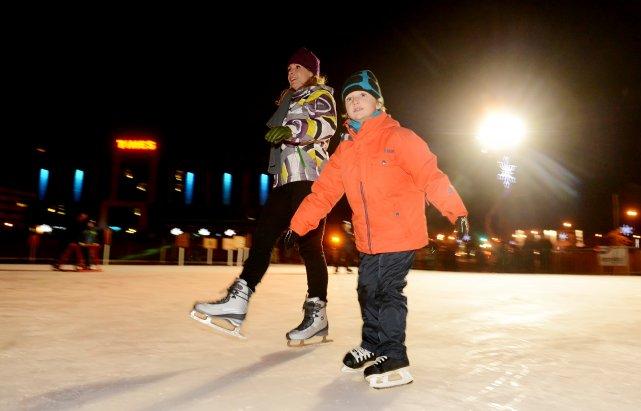La patinoire extérieure du marché de la Gare de Sherbrooke suscite un  fort... (Archives La Tribune, Jessica Garneau)