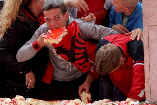 Des enfants dégustent un gâteau géant assorti aux... (Photo: AFP)
