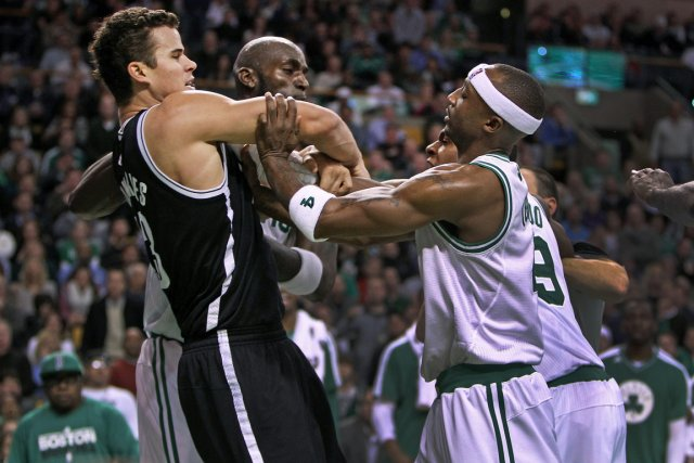 Rajon Rondo (à droite), des Celtics, a violemment... (Photo: AP)