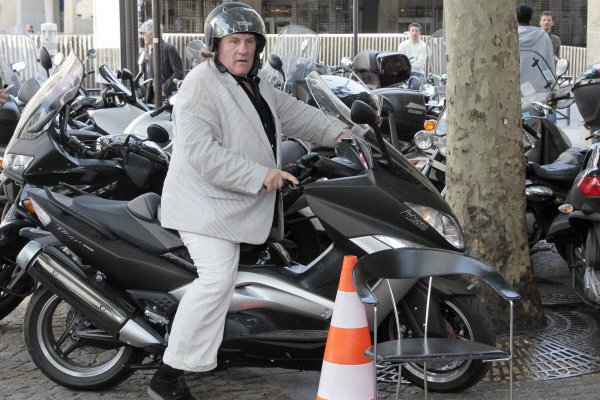 Gérard Depardieu sur son scooter... (Photo: archives AFP)