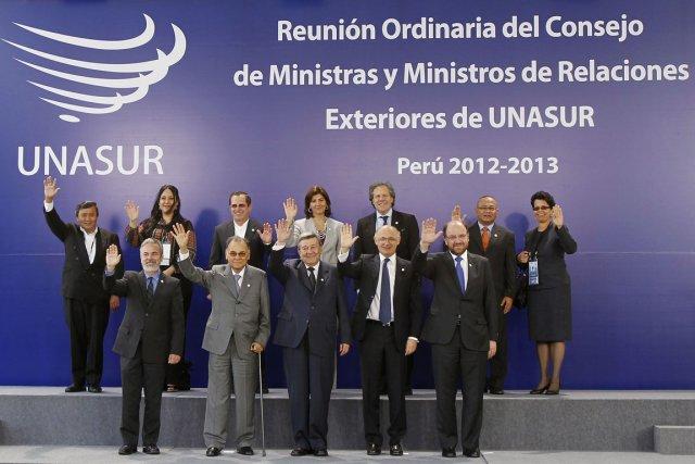Les représentants des douze membres de l'UNASUR: Argentine,... (PHOTO ENRIQUE CASTRO-MENDIVIL, REUTERS)