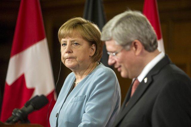 Angela Merkel et Stephen Harper lors du rencontre... (Photo AFP)