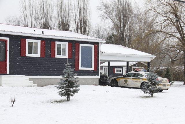 Les policiers ont perquisitionné cette résidence située route... (photo Janick Marois)