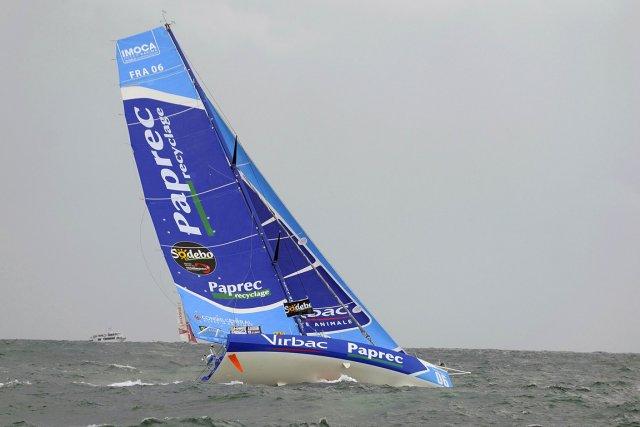 Le voilier de Jean-Pierre Dick, deuxième au classement... (Photo: AFP)