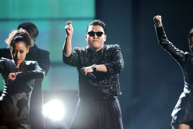 Psy performe au American Music Awards, à Los... (PHOTO MATT SAYLES, AP/INVISION)