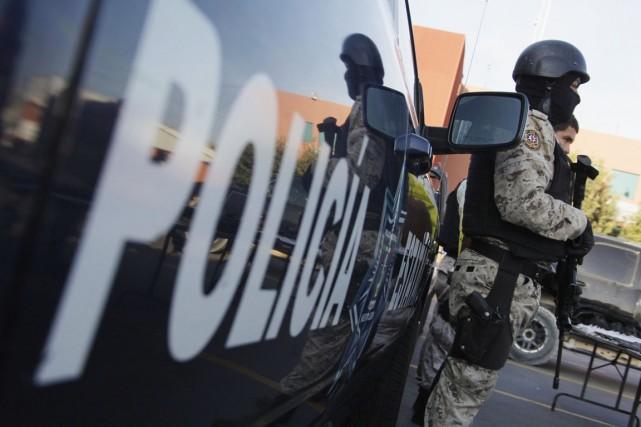 Un policier de l'État de Nuevo Leon détient... (PHOTO DANIEL BECERIIL, ARCHIVES REUTERS)