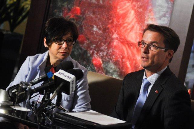 La ministre Élaine Zakaïb et le président de... (photo: émilie o'connor)