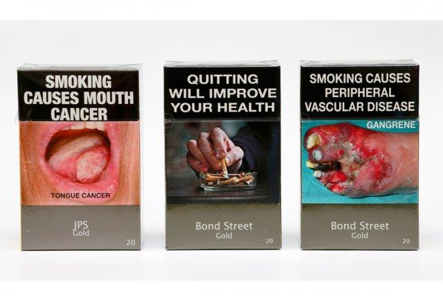 Tous les paquets de cigarettes, quelle que soit la marque, sont désormais... (PHOTO TIM WIMBORNE, REUTERS)