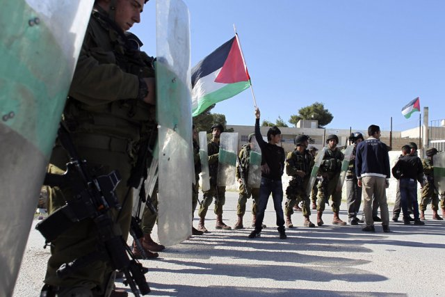 Un jeune manifestant a agité hier un drapeau... (Photo : Ammar Awad, Reuters)