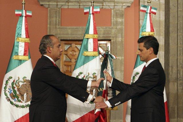 Le président sortant Felipe Calderon et le nouveau... (Photo : Reuters)