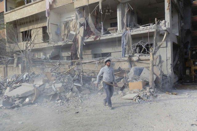 Un homme au milieu des décombres après que... (Photo Kenan Al-Derani/Reuters)