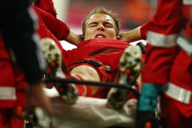 HolgerBadstuber s'est blessé lors d'un tacle sur Mario... (PHOTO KAI PFAFFENBACH, REUTERS)