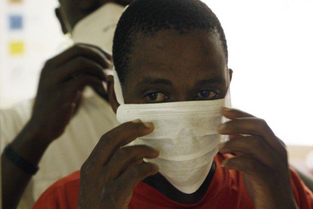 Un jeune patient s'apprête à être testé àla... (PHOTO DENIS FARRELL, AP)