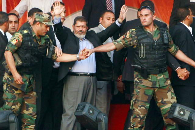 Le président égyptien Mohamed Morsi (au centre) salue... (PHOTO AMR ABDALLAH DALSH, ARCHIVES REUTERS)