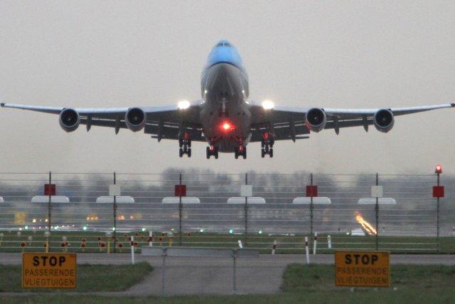 Comment expliquer que le prix d'un billet d'avion fluctue beaucoup pour un même... (Photo archives AP)