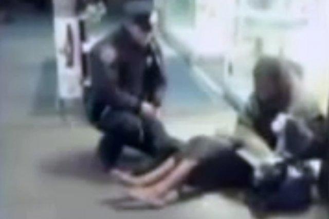 La photo du clochard, et d'un jeune policier... (Photo: tirée sur internet)