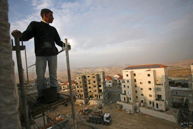 Un ouvrier palestinien travaille sur le site de... (Photo: Reuters)