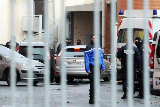 Deux véhicules, où prendraient place les deux présumés... (PHOTO ÉRIC CABANIS, AFP)