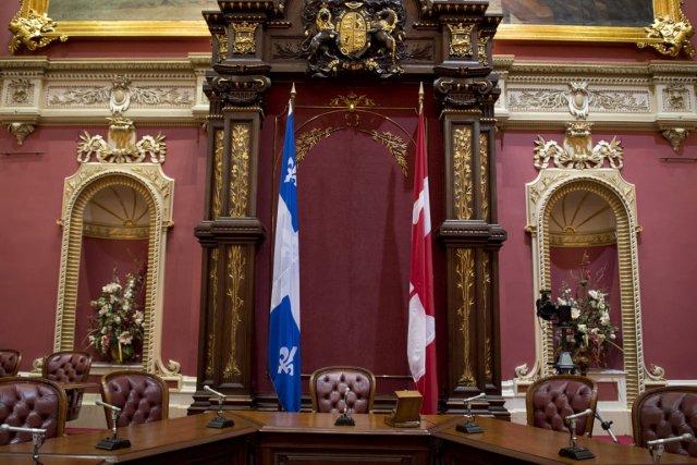 Le drapeau du canada restera au salon rouge politique for Salon du canada