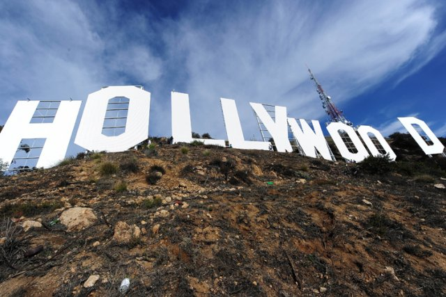 Les neuf lettres formant le mot Hollywood qui surplombent le quartier des... (Photo: AFP)