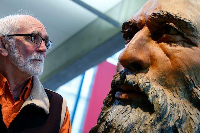 Joe Fafard pose aux côtés du bronze colossal... (Le Soleil, Yan Doublet)