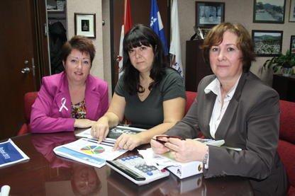 La mairesse Vicki May Hamm, la présidente de... (La Tribune, Jean-François Gagnon)