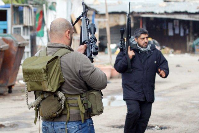 Des combattants sunnites sont vus dans le quartier... (PHOTO REUTERS)