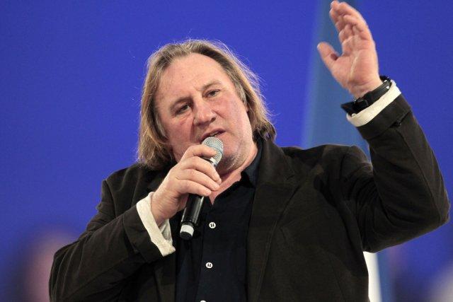 L'acteur Gérard Depardieu lit des poèmes en français... (Photo: Reuters)