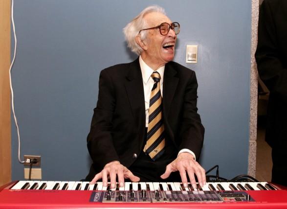 Dave Brubeck joue du piano lors d'une réception... (Photo: archives Reuters)