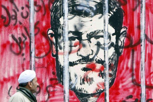 Un homme passe devant le palais présidentiel où... (PHOTO AMR ABDALLAH DALSH, REUTERS)