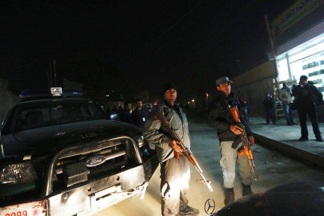 Des policiers afghans montent la garde à proximité... (PHOTO MOHAMMAD ISMAIL, REUTERS)