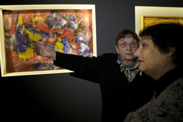 L'artiste Inna Shmelyova explique son oeuvre à une... (Photo: AP)