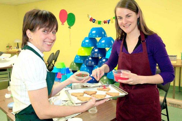 Les nutritionnistes Ginette Guay et Julie Perrault prépare... (Le Soleil, Pascal Ratthé)