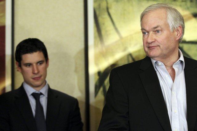 Sidney Crosby et le directeur de l'Association des... (Photo: AP)