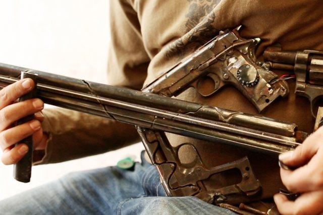 Cette guitare confectionnée à l'aide de plusieurs armes... (PHOTO TIRÉE DU BLOGUE DE PEDRO REYES)