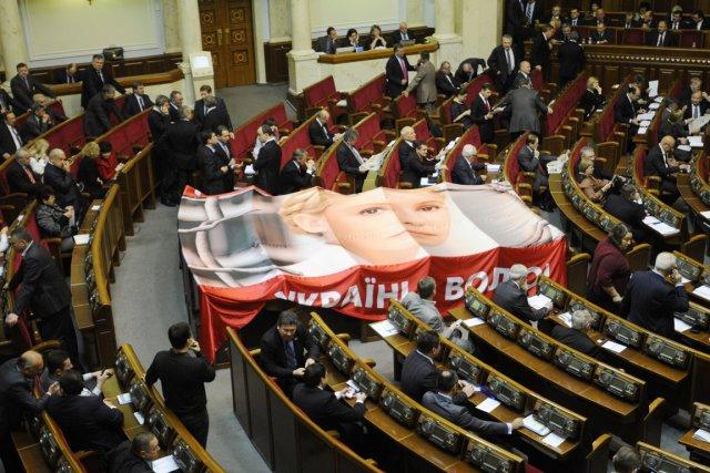 Une bannière géante à l'effigie d'Ioulia Timochenko est... (PHOTO SERGEI CHUZAVKOV, AP)