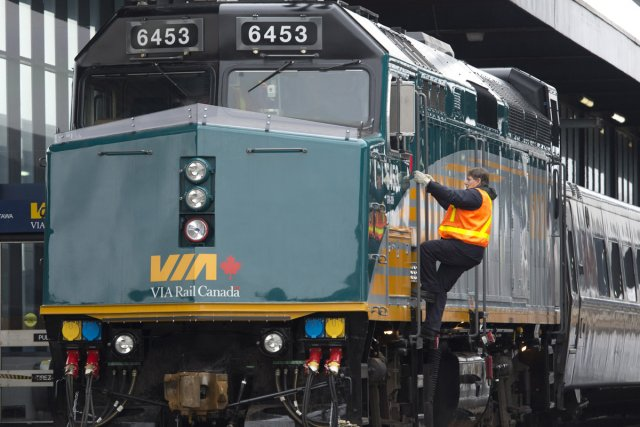 Via Rail affirme que son service de transport de passagers demeurera interrompu... (Photo: La Presse Canadienne)