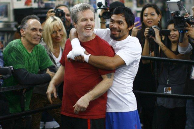Le légendaire entraîneur de boxe Freddie Roach avec... (Photo: Reuters)