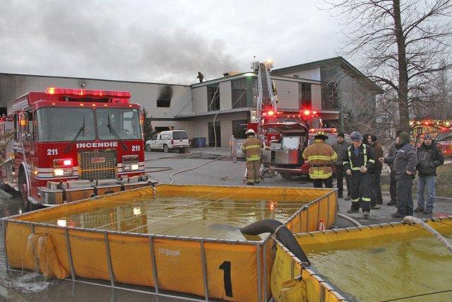 L'incendie survenu jeudi a ravagé 50% de l'usine... (photo Alain Dion, archives la Voix de l'Est)