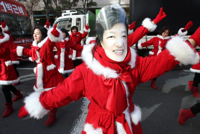 Des partisans de Park Geun-hye portaient un masque... (Photo : Ahn Young-joon, AP)